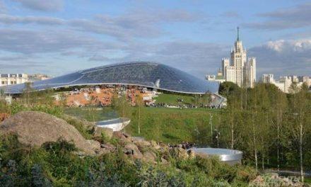 Ограждение вокруг парка «Зарядье» в Москве демонтировали